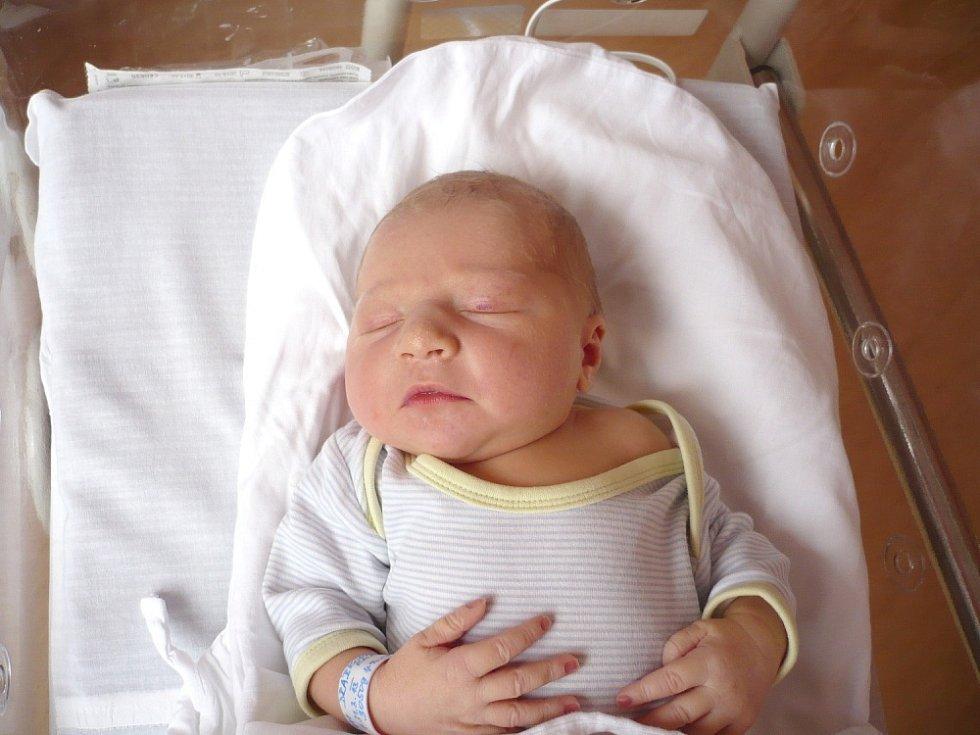 KAROLÍNA DRÁBKOVÁ. Rodiče Petra a Miroslav z Vyšehořovic se od 31. března 18.57 hodin radují z narození dcerušky. Sestřičky v litomyšlské porodnici jí navážily 3,05 kilogramu a naměřily 49 centimetrů.