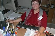 Jana Klíčová se ve Svitavské nemocnici nezastaví. To dokládá hromada dokladů, které drží v ruce.