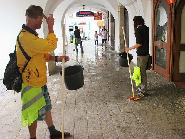 Lidé bez domova uklízeli náměstí