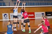 Ligový střet juniorek ze Svitav (v červené) a Dolního Újezdu skončil úspěchem domácího družstva.