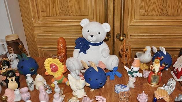 """V Lidovém domě se koná """"bleší trh"""". Jeho výtěžek poputuje na stavbu nového kostela Církve bratrské v Litomyšli. Na stolech leží tisíce věcí, od originální keramiky až po hračky a spotřebiče."""