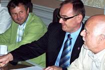 Jednání o penězích může být i příjemné. Vicehejtman Roman Línek při setkání se starosty svitavského regionu.