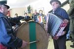 O muziku se v průvodu maškar postarali harmonikář Ladislav Procházka z Bezděčí a František Kvasnica s bubnem.