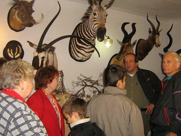 Esperantisté si prohlédli sbírku loveckých trofejí Miroslava Ducháčka (druhý zprava).