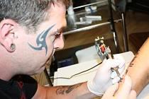"""Lidé většinou přijdou s vlastním návrhem na """"kérku"""". Dřív letělo černobílé tetování, ale podle Radovana Lněničky se dnes už nebojí barev."""