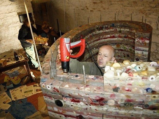 Voskové srdce už se zabydlelo ve sklepení litomyšlského zámku. Jeho instalace autorům Romanu Švejdovi a Lukáši Gavlovskému trvala víc jak dva dny.