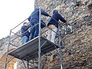 PRŮZKUM věže hradu speciálním geofyzikálním radarem odhalil dutý prostor ve zdivu, kde se něco, či někdo ukrývá...