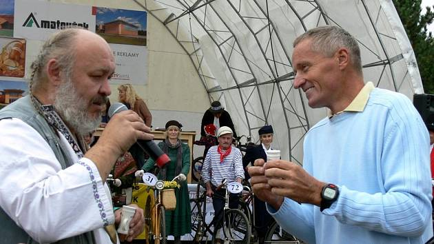 """,,Nezlobte se,"""" říká Josef Zimovčak (vpravo). Kaléšek biskupické slivovice si nevypil ani se zástupcem Valašského království."""