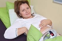MILUŠE MAUEROVÁ z Radiměře podstoupila v salonu krásy kryolipolýzu. Zatímco jí přistroj zmrazovat tukové buňky na bříšku, relaxovala.