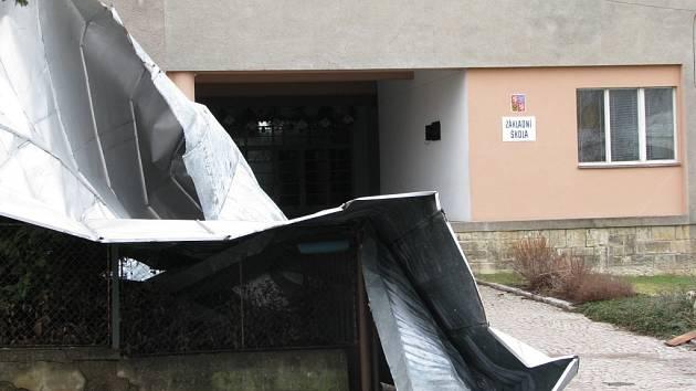 JAKO S KOUSKEM PAPÍRU si vichřice Emma pohrála se střechou Základní školy v Cerekvici nad Loučnou.