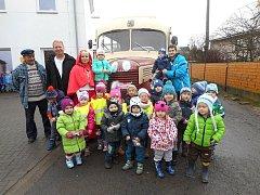 Historickým autobusem s Červenou karkulkou.