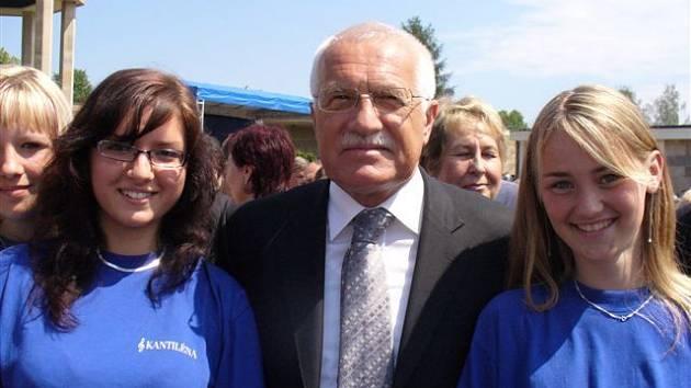 President Václav Klaus společně s děvčaty z pěveckého sboru Kantiléna.