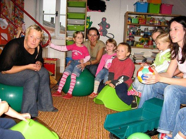 V Krůčku vyučuje děti angličtinu Monika Čuhelová (vlevo). V mateřském centru si tak jazyk oživí i maminky.
