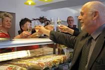 Starosta Jiří Brýdl do cukráren sice moc nechodí, ale té nové ve Svitavách ze srdce fandí.