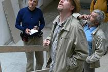 Iinteriéry fabriky zaujaly Davida Vávru (vlevo) a režiséra Šumných měst  Radovana Lipuse (v popředí).