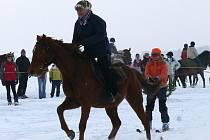 Jezdci na koních a lyžaři se sešli v Janově při horseskijöringu