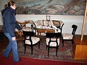 Kastelánka Zdeňka Kalová představuje zrestaurovanou sedací soupravu