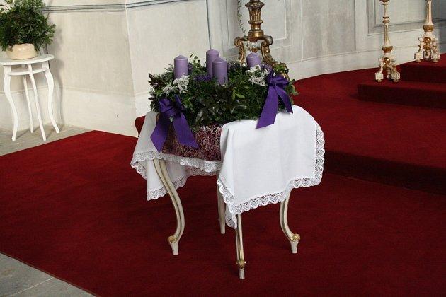 SVÍCE na adventním věnci by měly být fialové, protože fialová je liturgická barva adventu, i to se dozvěděli návštěvníci během Barborkových slavností na litomyšlském zámku.