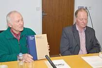 Antonín Hurych (vlevo) představil spolu se starostou Chmelíku Karlem Šindelářem knihu s názvem Ves Chmelík a okolí na tiskové konferenci v Litomyšli.