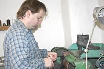 Boty opravuje Karel Novotný již téměř dvacet let. Nejčastěji mu do rukou přichází boty dámské, opravuje i pánské, vycházkovou obuv i sportovní botasky.