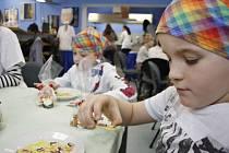 Malí školáci se na poličské střední odborné škole učí ve speciálním programu vařit i podle pohádkových témat. Naposledy zkoušeli Medvídka Pů.