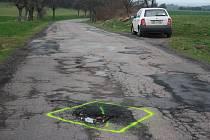 Okolo největšího výmolu na cestě mezi Žumberkem a obcí Bítovany neznámý vtipálek fosforeskujícím sprejem namaloval vulgární obrazec.