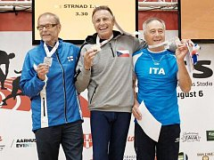 Po tyčkařské soutěži doprovodili Ivo Strnada na stupně vítězů atleti z Finska a Itálie.