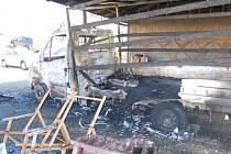 Krátce po nedělní půlnoci auto, zaparkované v přístřešku, zachvátily plameny.
