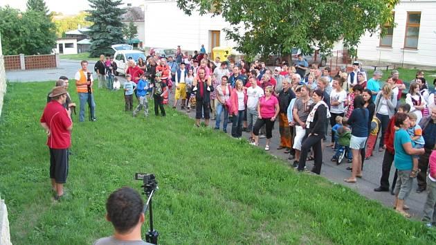 Stovky lidí z Dolního Újezdu se zapojily do natáčení snímku, který má ukázat komisi celostátního kola soutěže Vesnice roku, že obec umí žít.  Snímek se natáčel kvůli počasí dvě odpoledne.