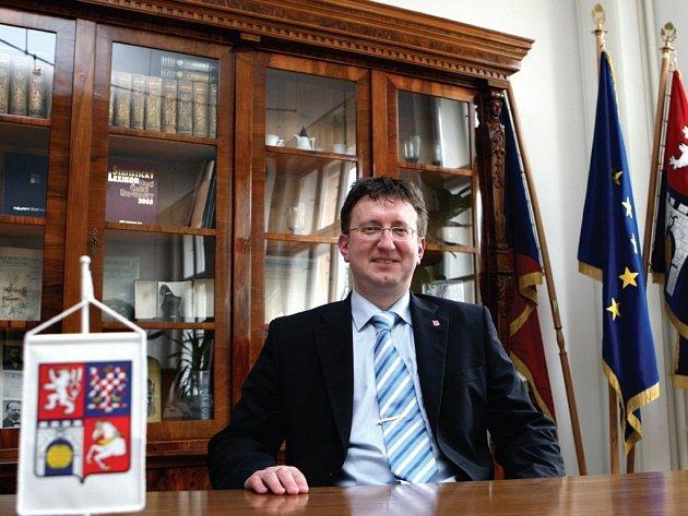 V NOVÉ ÚŘADOVNĚ.Původně krajský radní Ivo Toman nahradil ve funkci hejtmana zesnulého Michala Rabase.