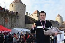 Jaroslav Němec z Bystrého vyhrál soutěž v pojídání knedlíků s uzeným na hradě Veveří.