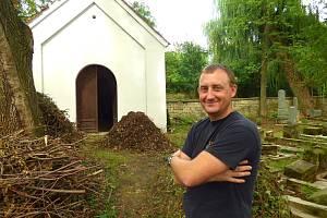 Vojtěch Toms sám a zdarma čistí židovský hřbitov v Litomyšli.