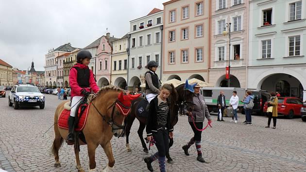 روز سرپرست در Litomysl ، موکب اسب در سراسر میدان.