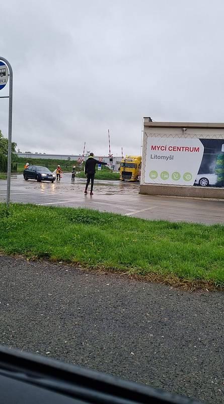 Po velkém lijáku hlásí lidé v Litomyšli lokální záplavy.