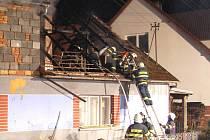 Hasiči likvidují požár na střeše rodinného domu v Bohuňově na Svitavsku.
