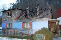 Shořelá střecha na rodinném domě v Bohuňově na Svitavsku.
