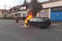 V Poličce začalo za jízdy hořet auto