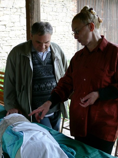 Farář obdivoval podušku s padesáti páry paliček. Po minivýstavě  ho provázela Marie Poludová.