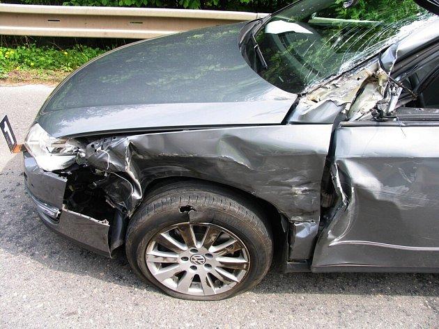 Řidič narazil za zatáčkou do kamionu.