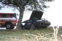 Automobil narazil do stromu v neděli před sedmou hodinou ráno v Květné.
