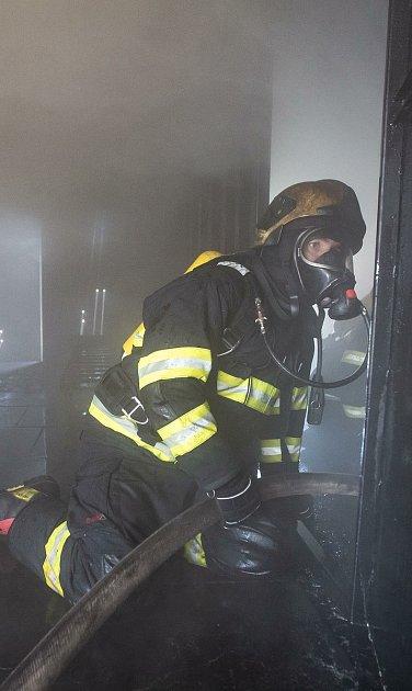 آتش نشانان هنگام آتش سوزی در یک ساختمان آپارتمانی 20 نفر را تخلیه کردند