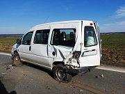 Předjíždění skončilo zraněním posádky osobního vozu.