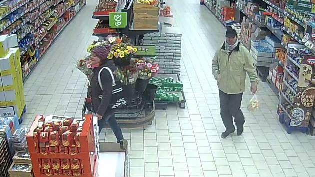 Muž a žena mohou pomoci objasnit krádež v obchodě