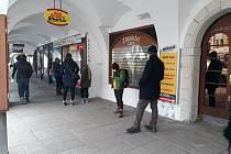 Sešity, barvy, bloky... Lidé stáli fronty u papírnictví v Litomyšli.
