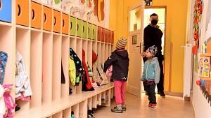 Děti se dnes vrátily do škol a do školek