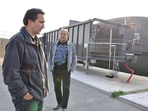 PŘIŠLI NA  TO, JAK UŠETŘIT.    Předseda družstva Jaroslav Vaňous (vlevo) a starosta Němčic Josef Racek  dokončují projekt vytápění škol z bioplynové stanice. Ušetří tisíce korun.