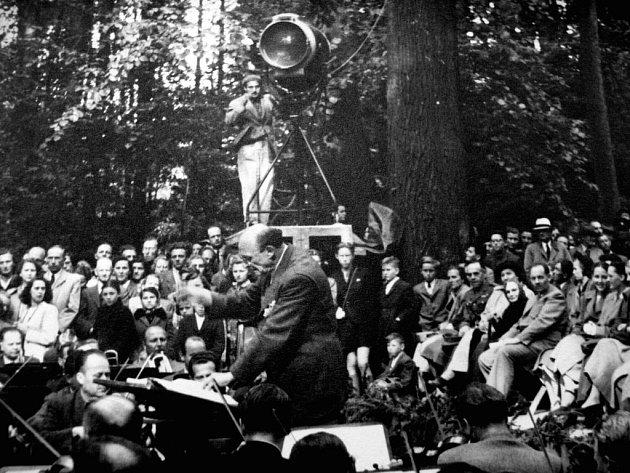 Dirigent Karel Nedbal  vedl hudebníky  při představení Dvě vdovy v zámecké zahradě.