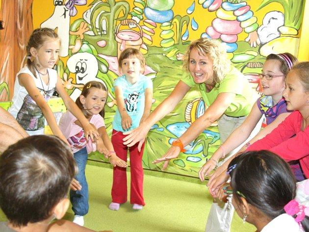 Děti se při tanci a hraní učí anglicky