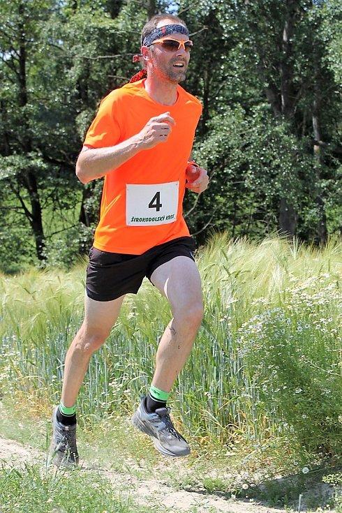 Tvrdá běžecká šichta v Širokém Dole.