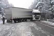 Kamion u obce Gruna zablokoval silnici.